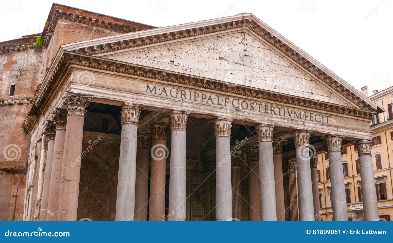 Le bâtiment impressionnant de Panthéon au centre de la ville historique de Rome