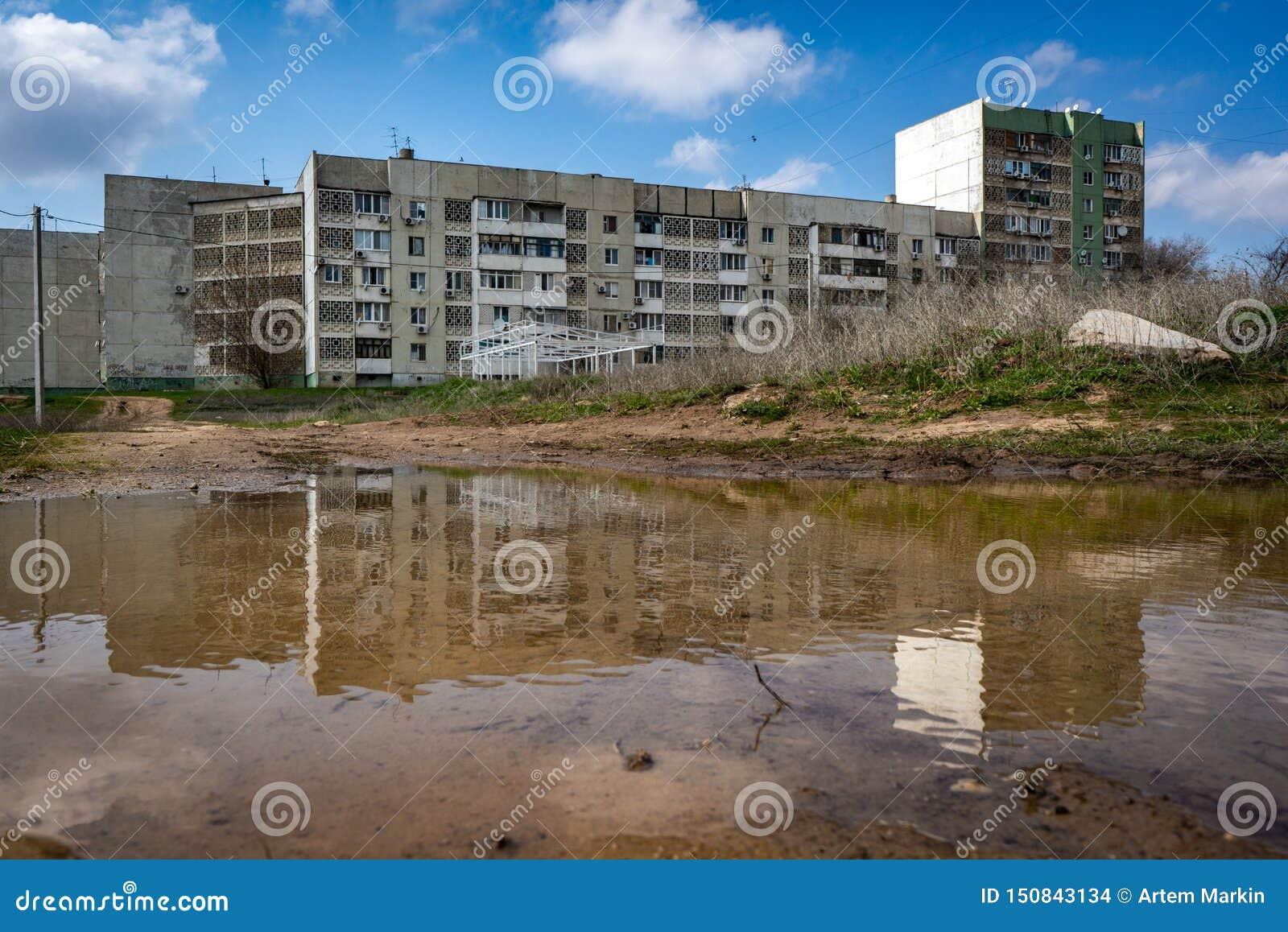 Le bâtiment résidentiel dans Elista est au printemps magma reflété Villes russes Courses en Russie