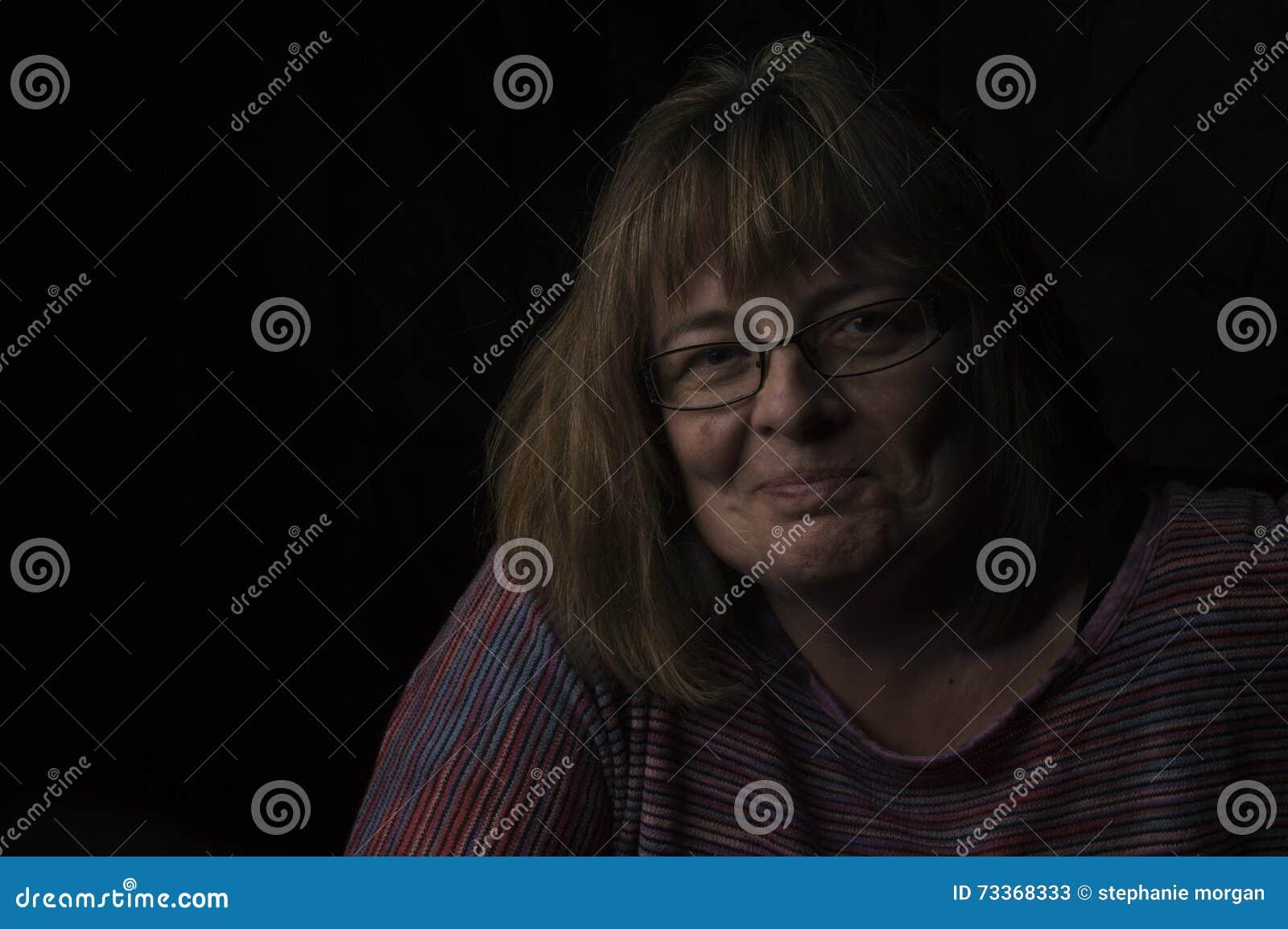 Le bärande exponeringsglas för mogen kvinna