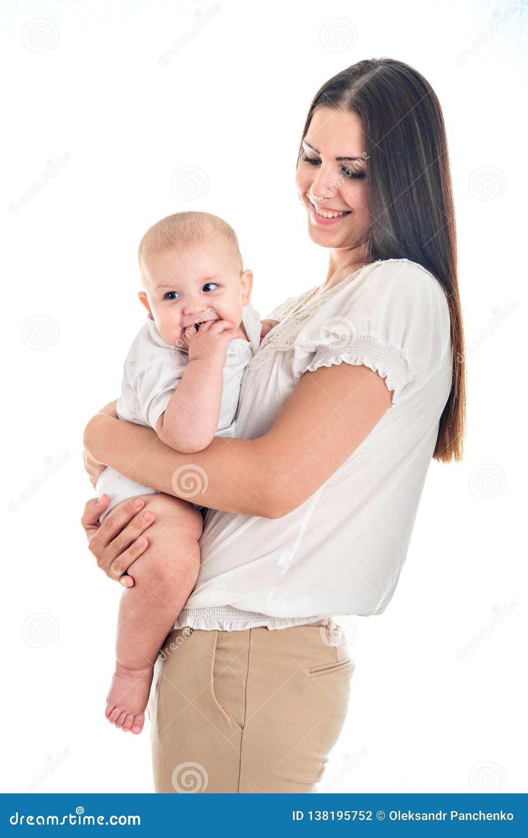 Le bébé était pleurant et en mordant vos doigts, montez les premières dents Image de mère heureuse avec le nourrisson adorable