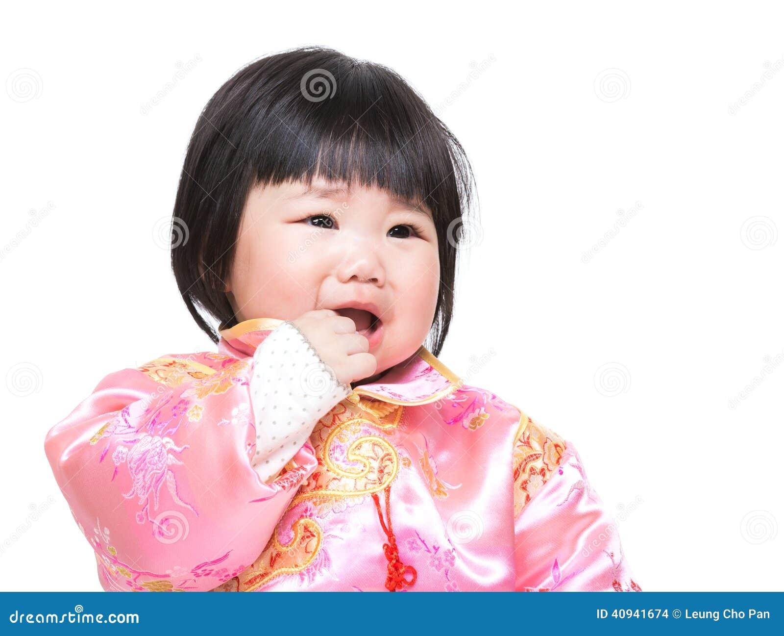Le bébé chinois sucent le doigt dans la bouche