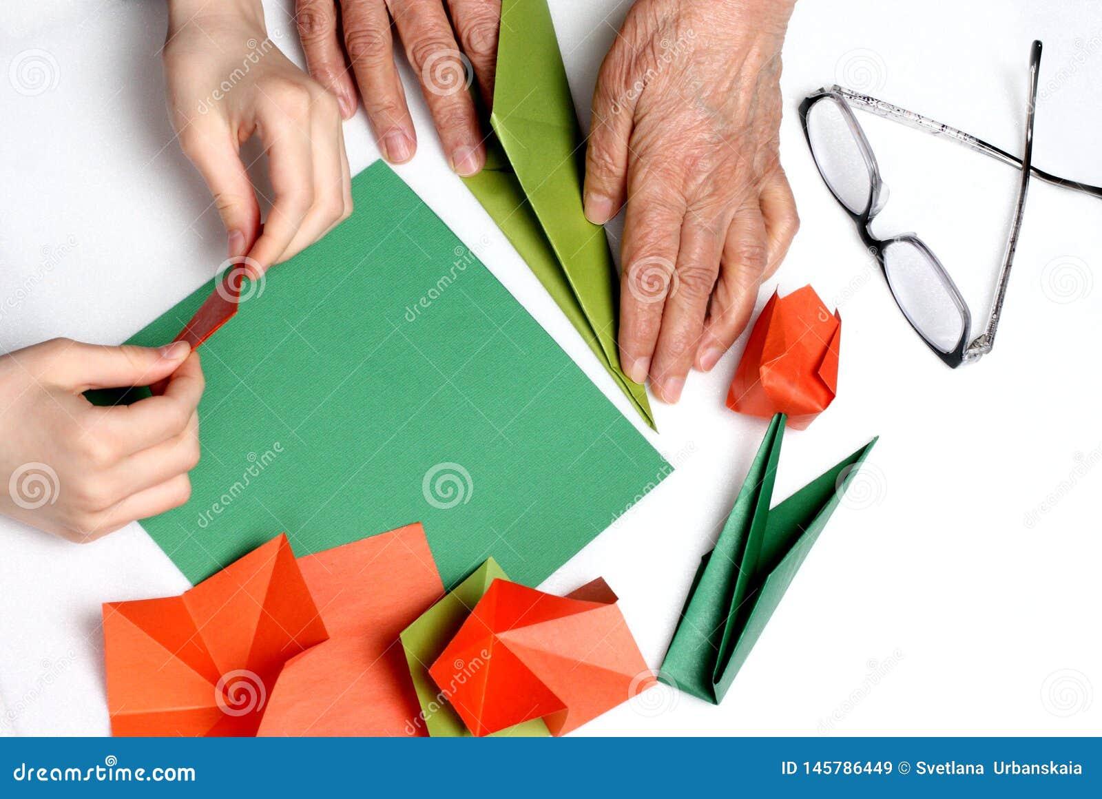 Le bébé et la grand-maman font l origami