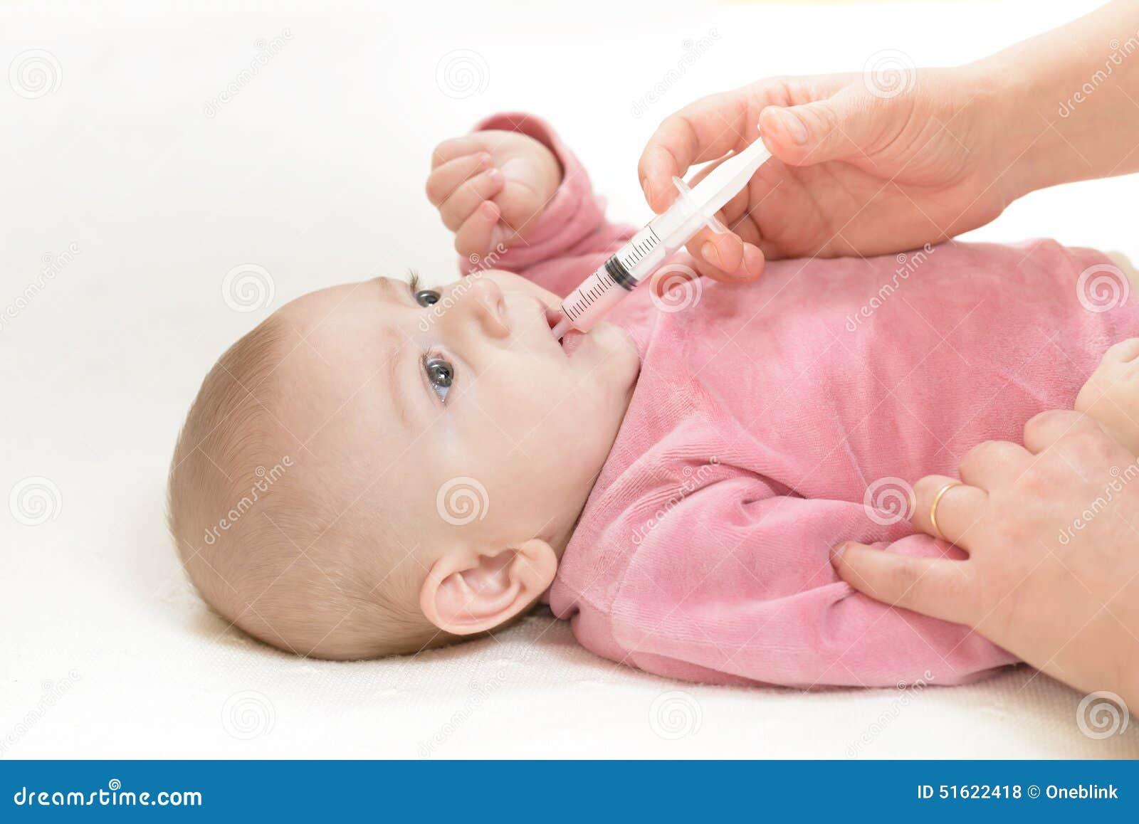 Le bébé nouveau-né obtient la médecine