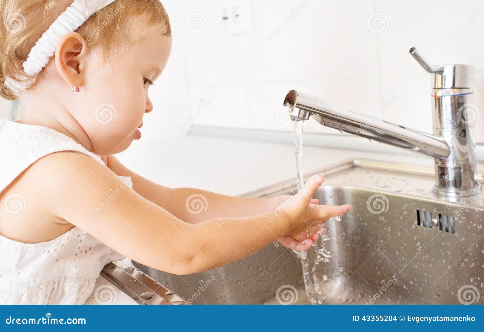 le b b se lave les mains dans la salle de bains photo stock image 43355204. Black Bedroom Furniture Sets. Home Design Ideas