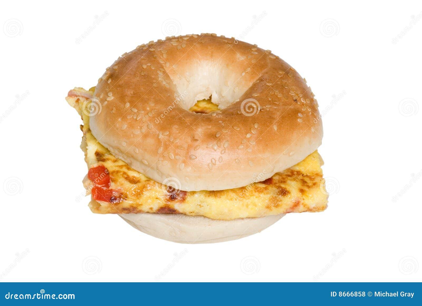 Le bagel a isolé vue de sandwich à omelette la première
