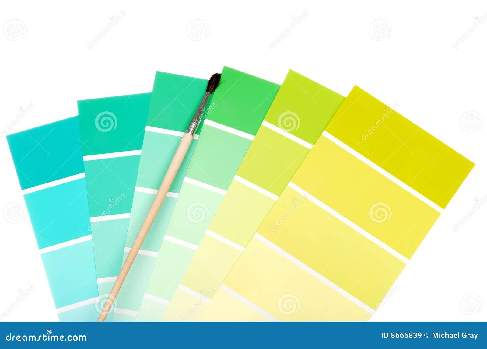 Le balai bleu ébrèche la peinture verte de couleur à