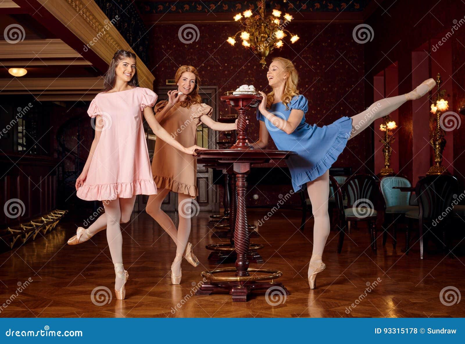 sito affidabile bc48c 826a6 Le Ballerine Di Modo In Vestiti Colourful Vogliono ...