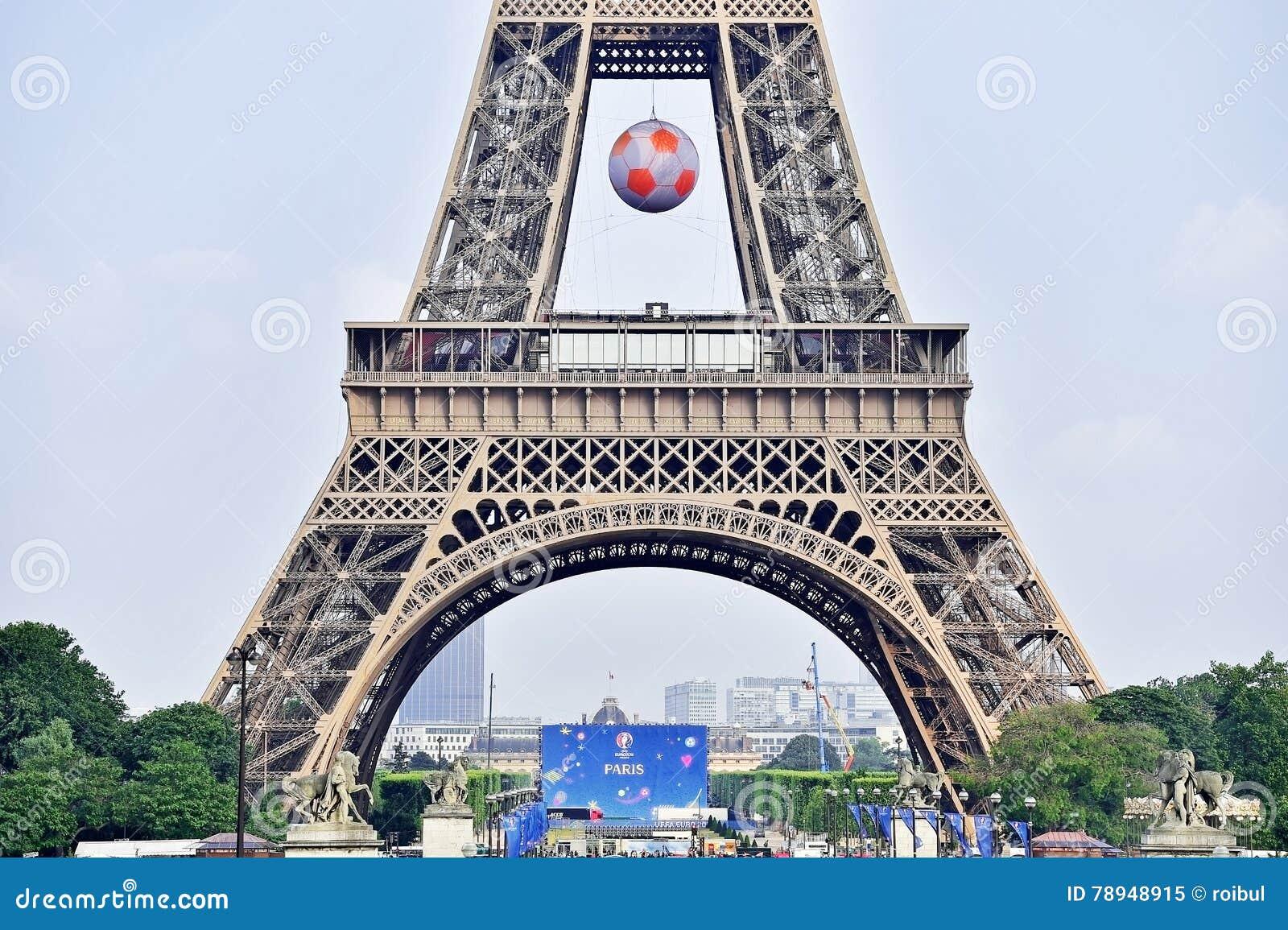 Complet Le Ballon De Football Géant A Suspendu Sur Tour Eiffel Pendant L  DH28