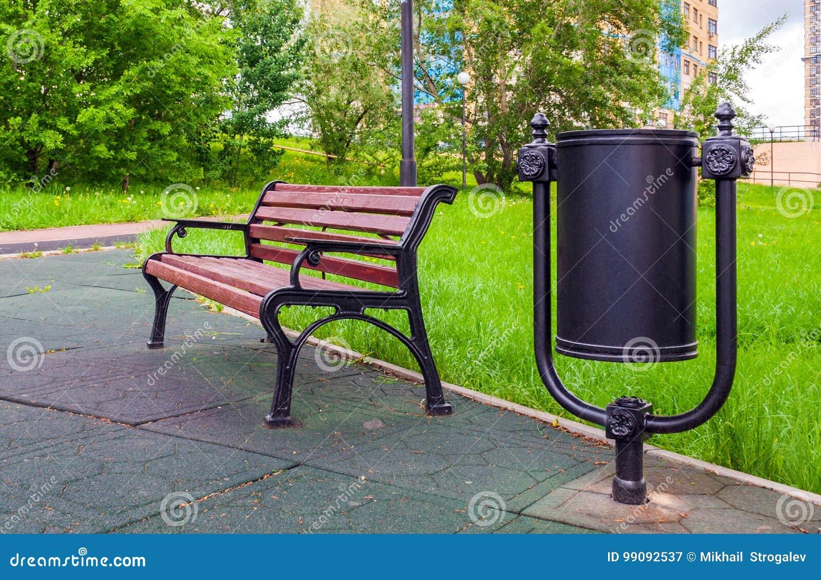 Poubelles Noires De Jardin le banc en bois et la poubelle dans une ville se garent