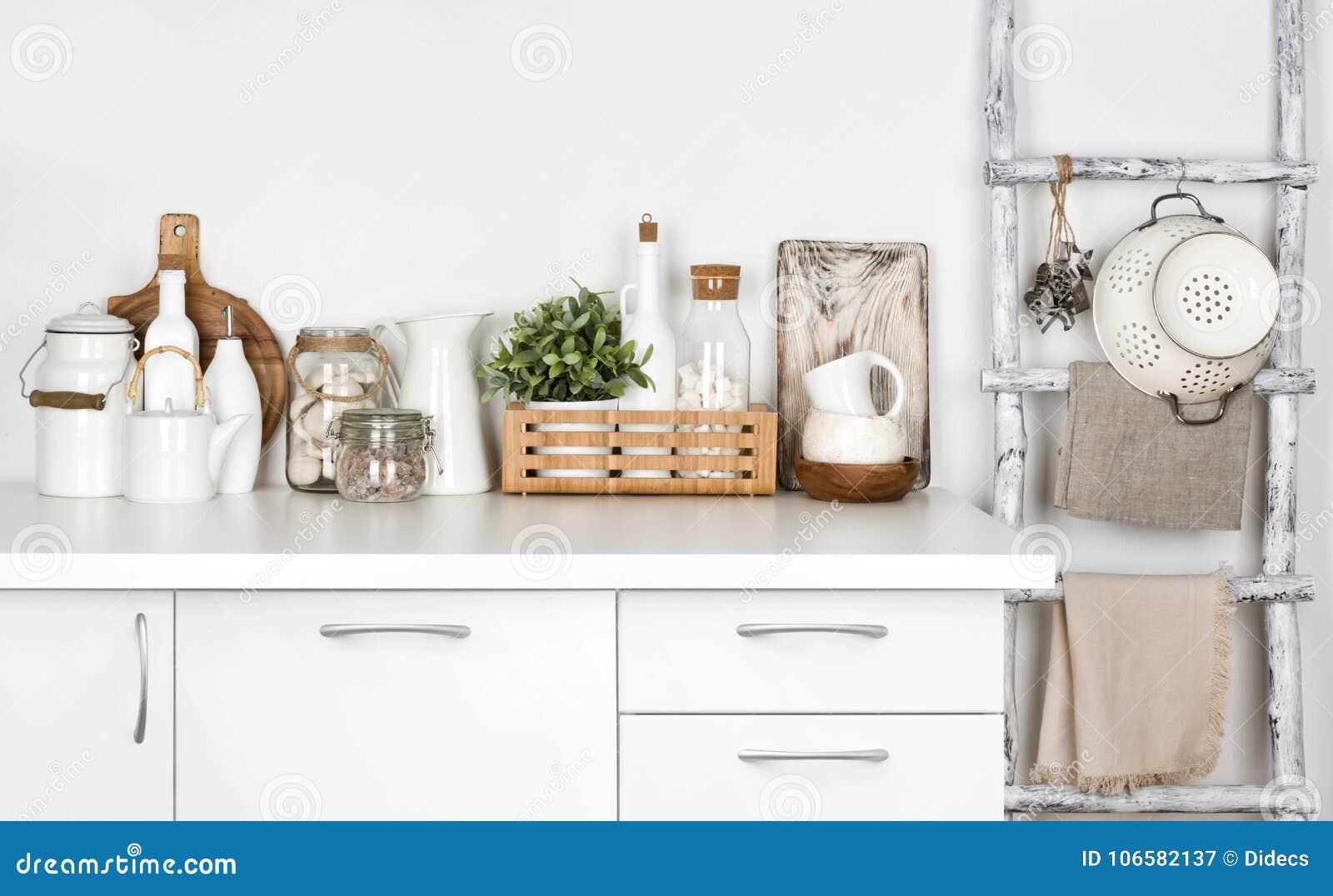 Le banc et le vintage blancs de cuisine ont peint l échelle avec de divers ustensiles