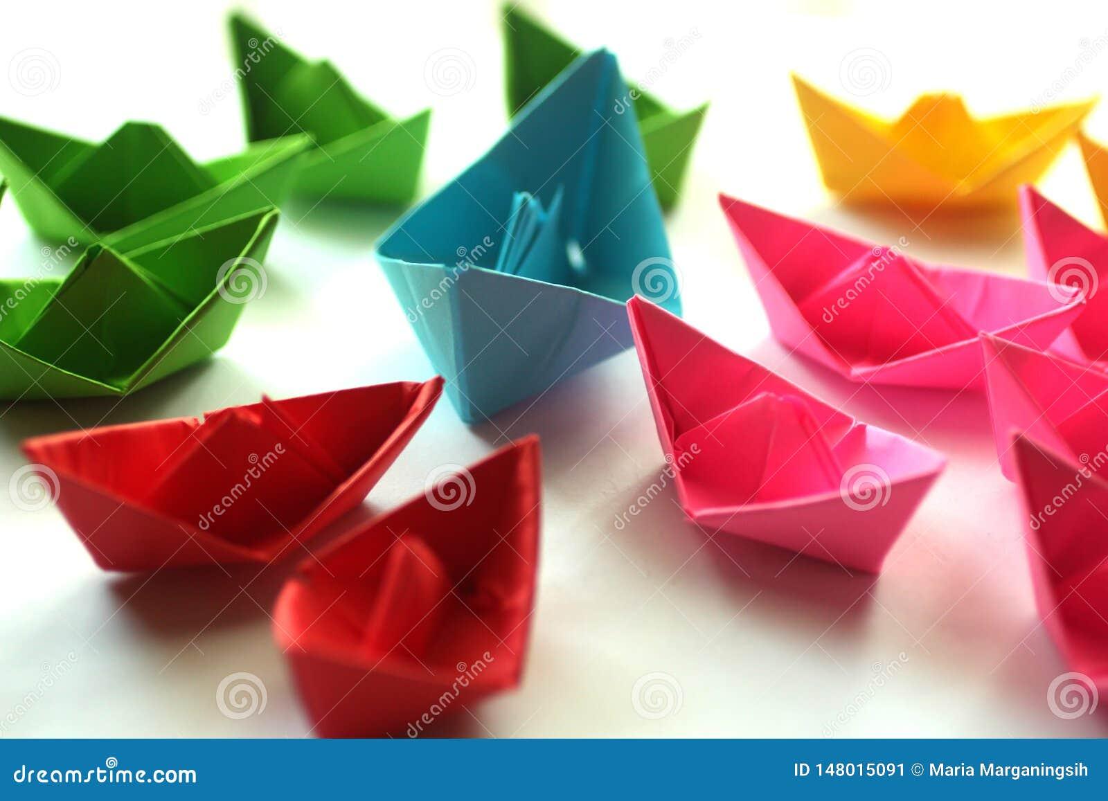 Le barche di carta, origami variopinti incartano le navi