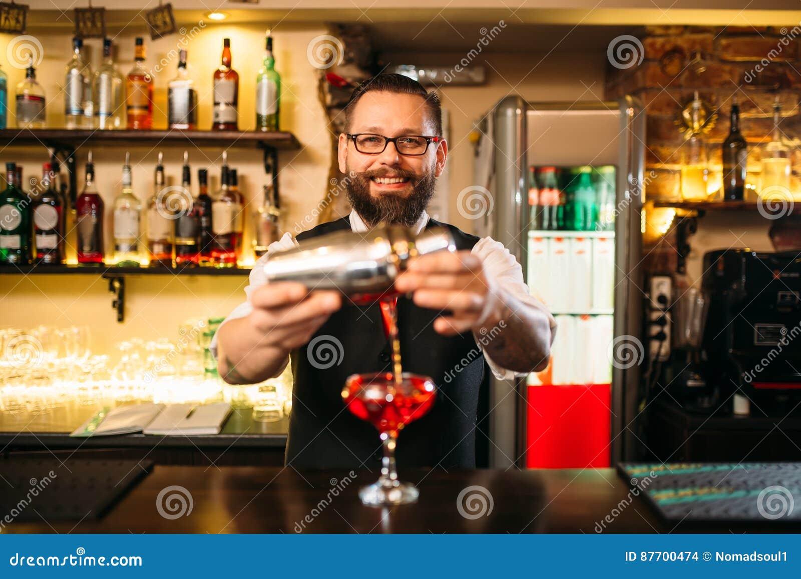 Le barman fait le cocktail d alcool au compteur