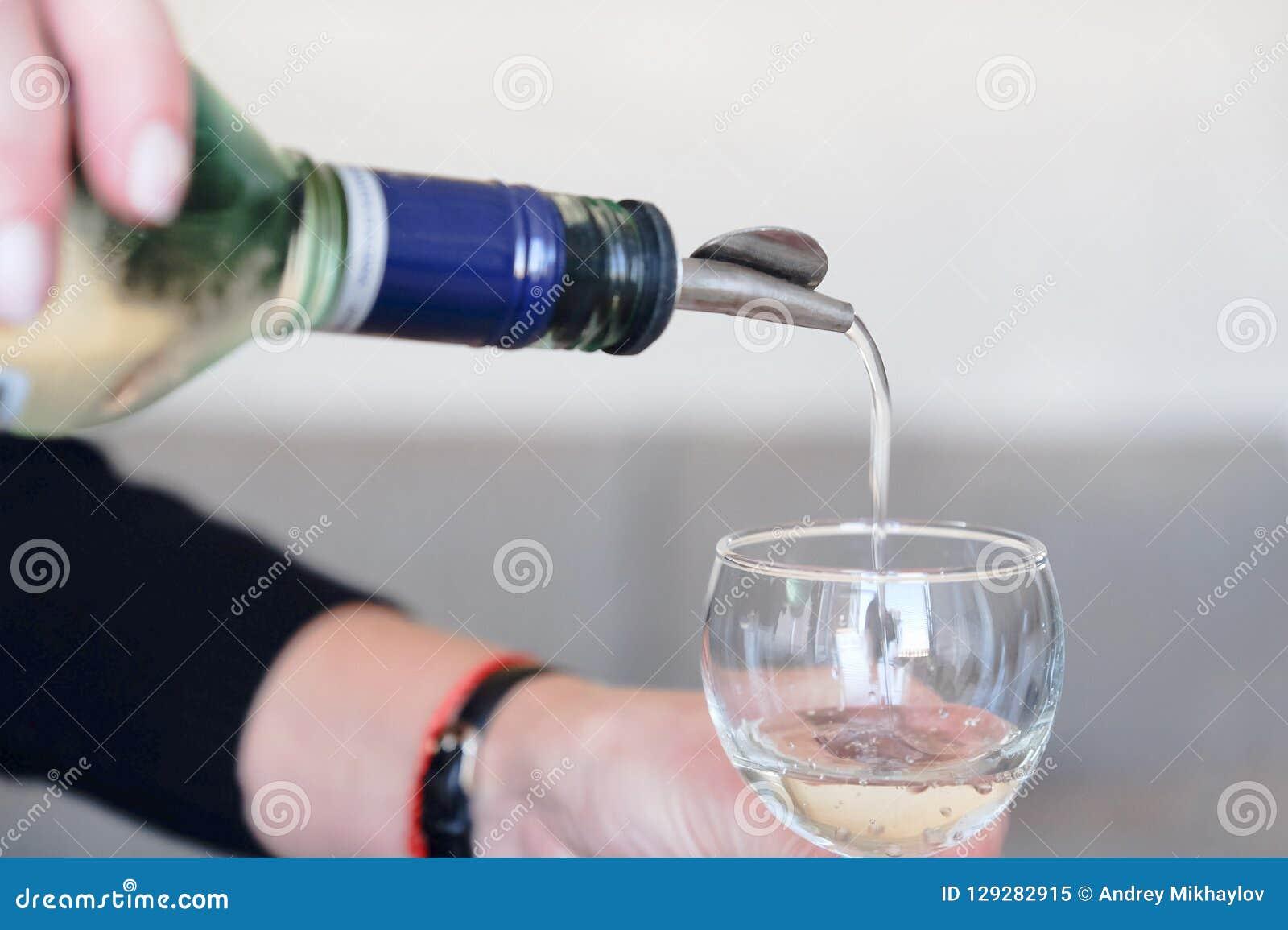 Le barman fait un cocktail Préparation de cocktail cosmopolite