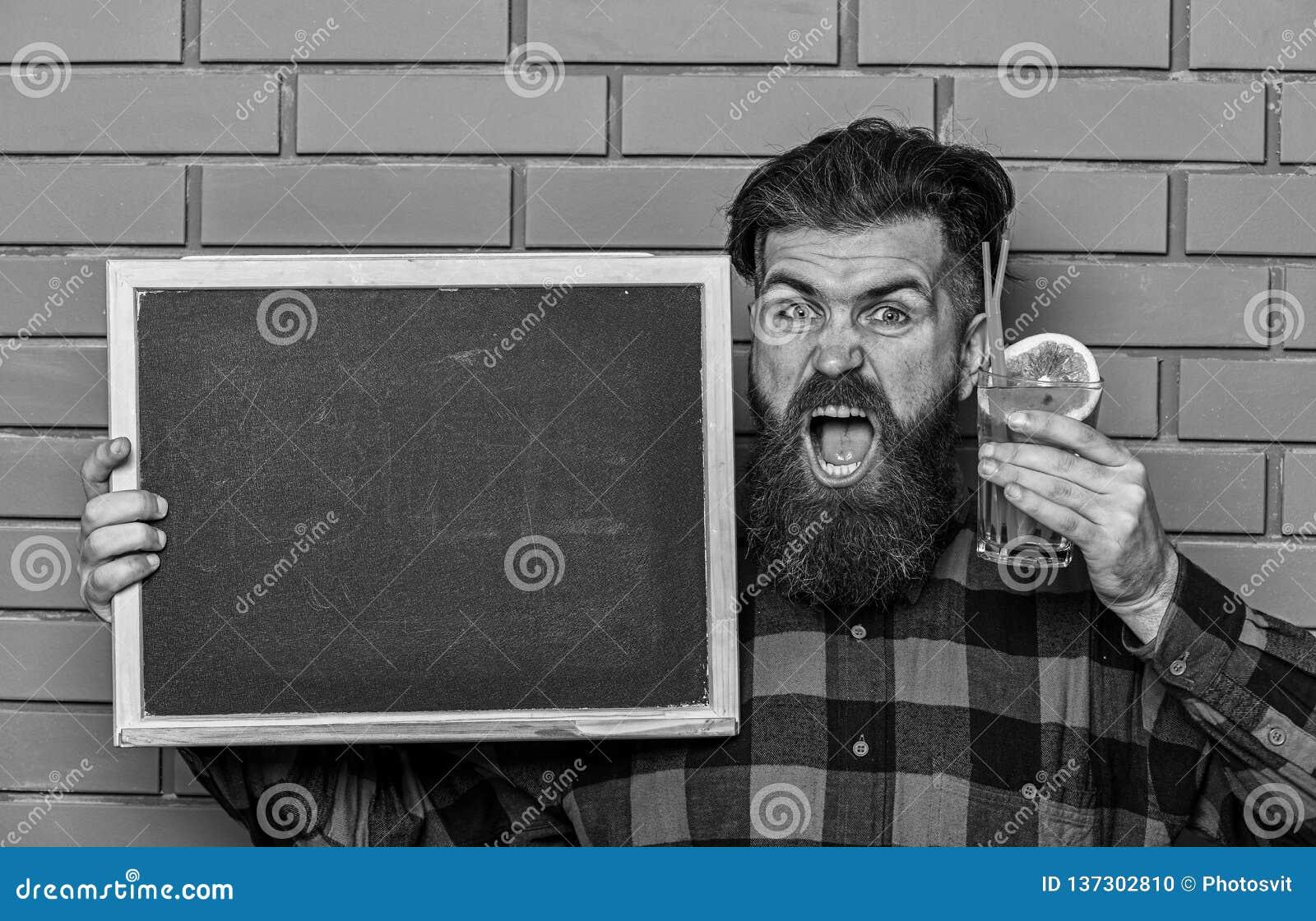 Le barman, hippie tient le cocktail et la publicité L homme tient le verre