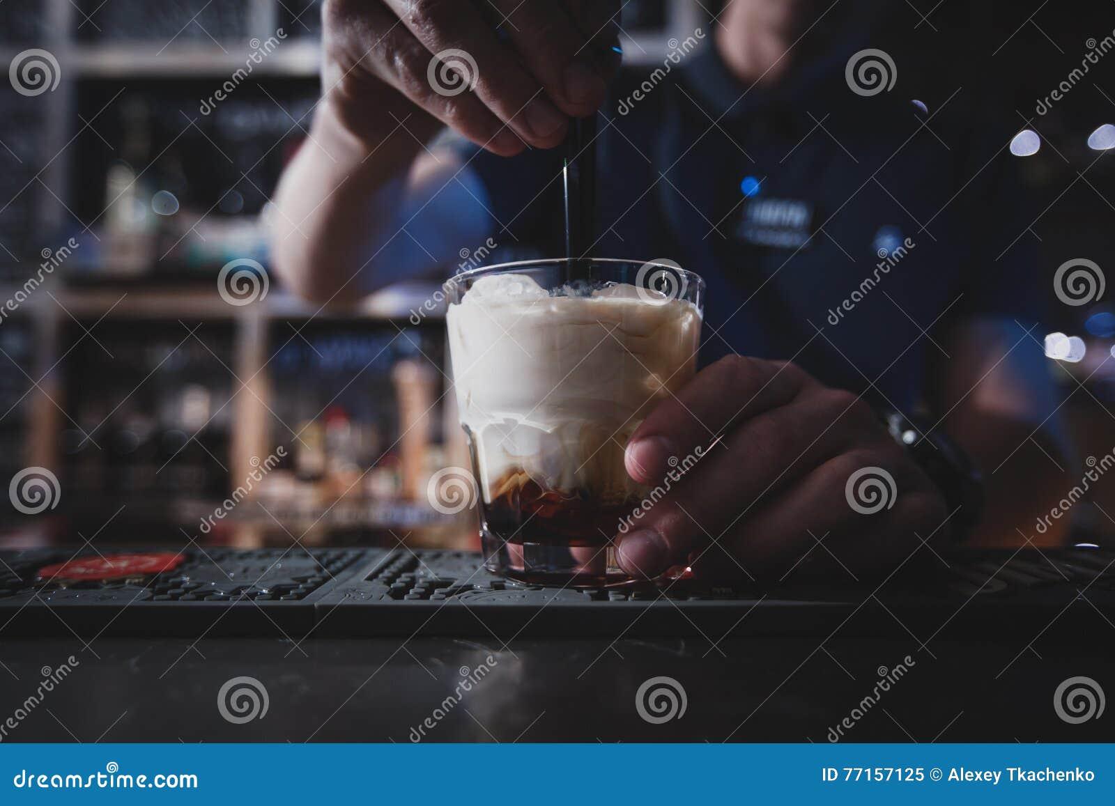 Le barman mélange un Russe ou un Lebowski blanc de cocktail