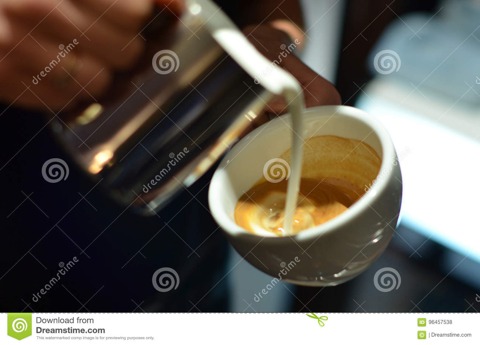 Le barman prépare le latte de café