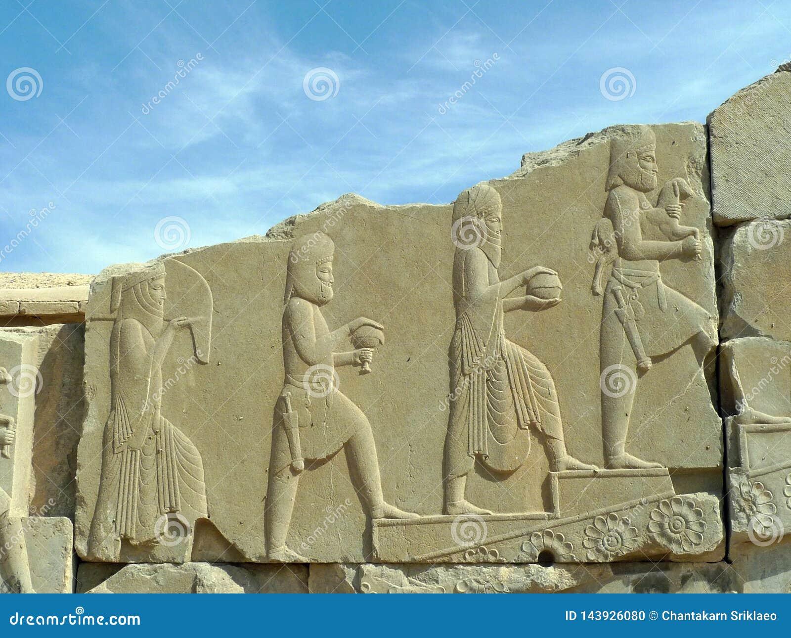 Le bas-relief des personnes des muti-nations offrent des hommages au roi persan