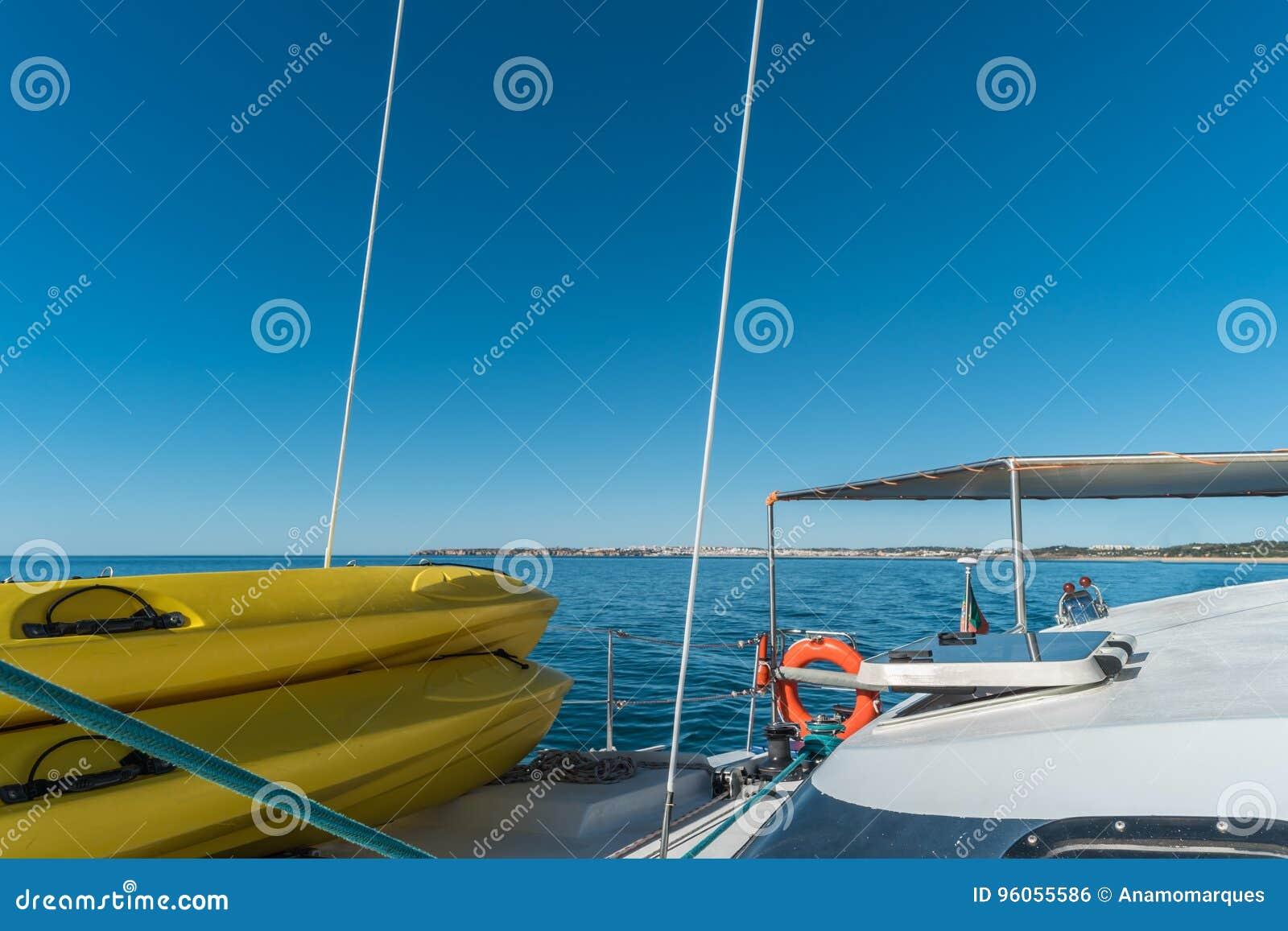 Le bateau à voile et tiennent des panneaux de palette