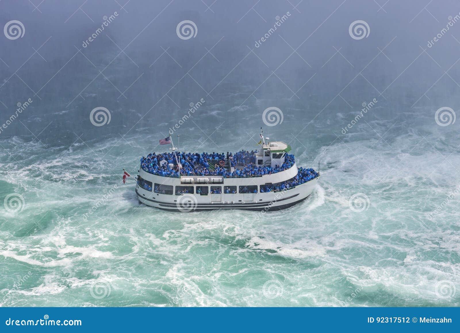 Le bateau avec des touristes désireux de voir le miracle de nature dans l avant