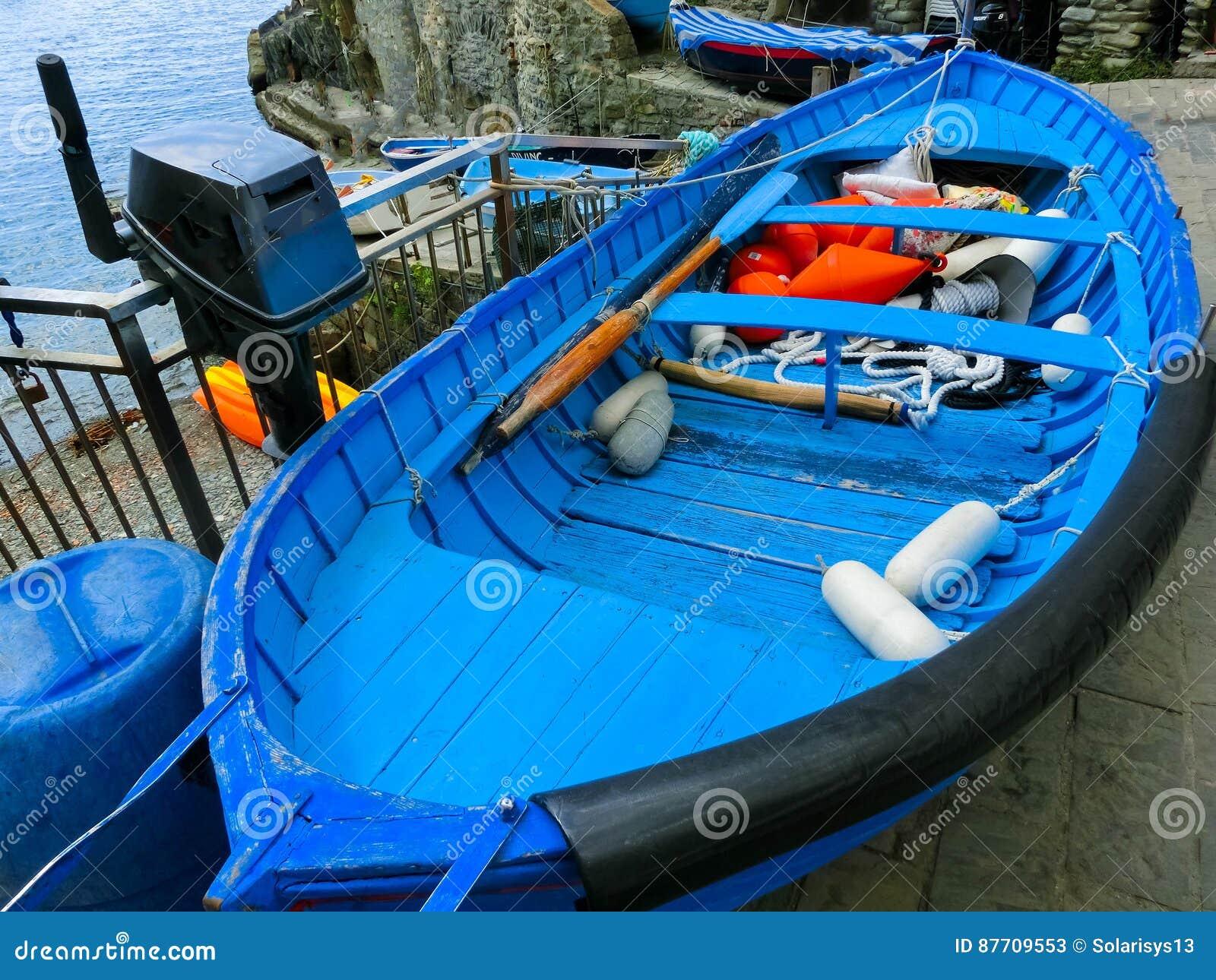 Le bateau bleu de poissons chez Riomaggiore, Cinque Terre National Park, Ligurie, La Spezia