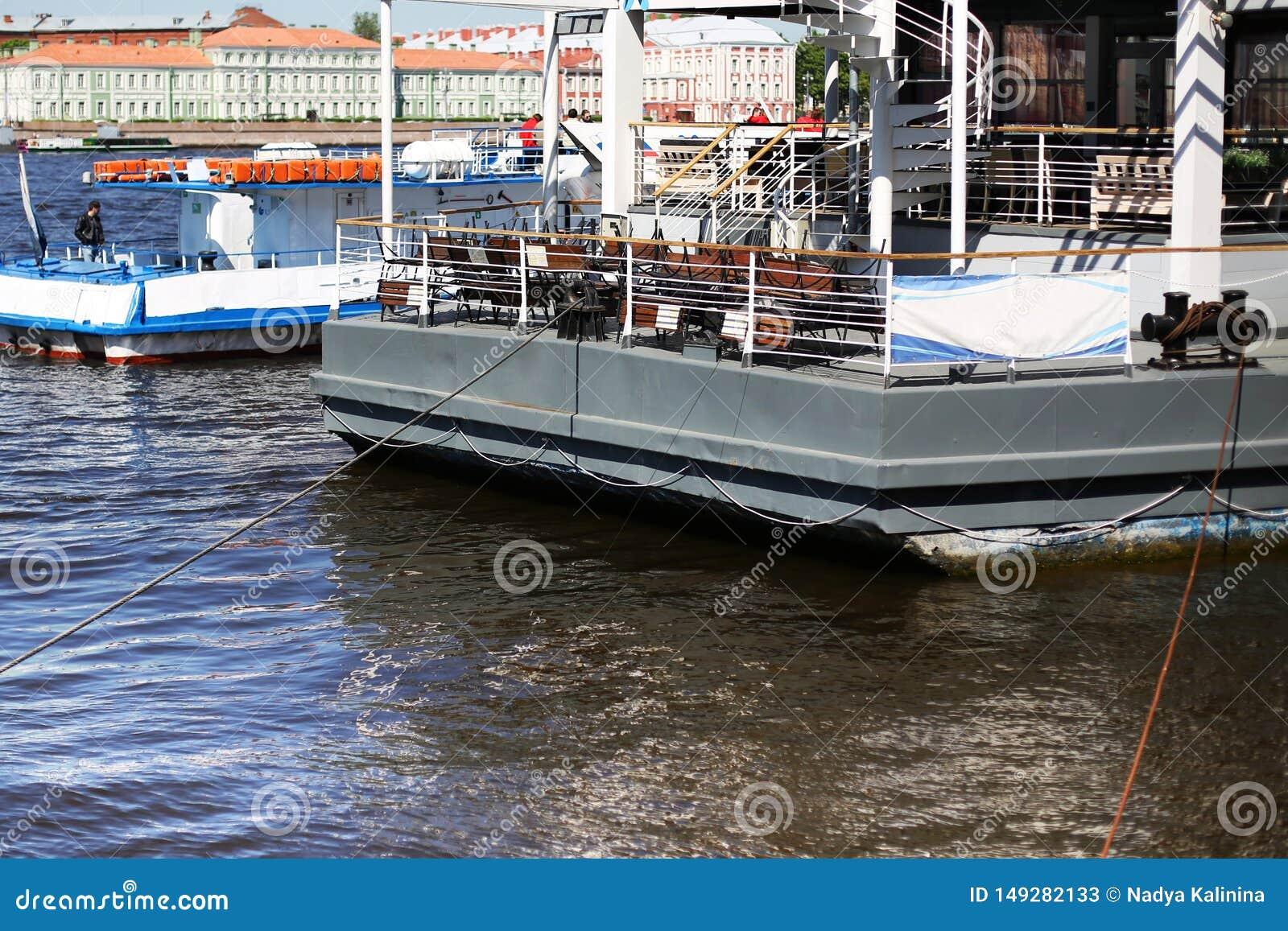 Le bateau dans le port attend le d?barquement