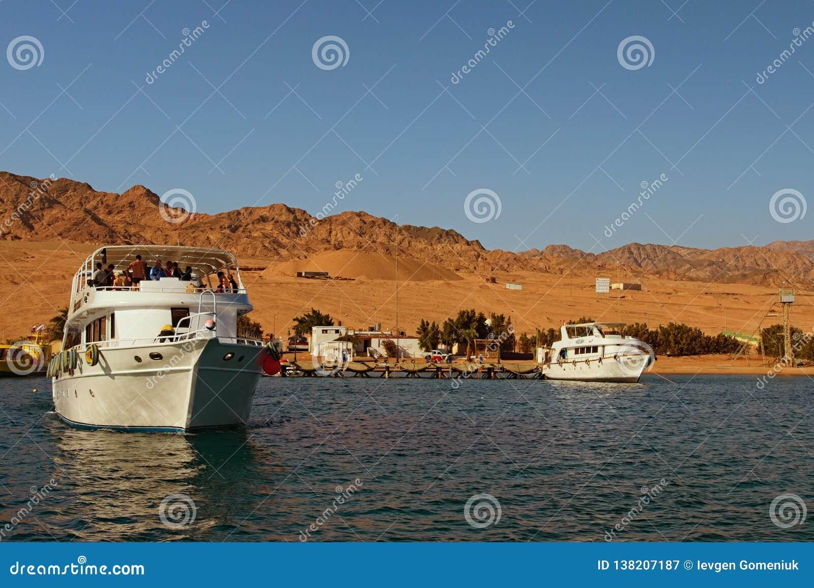 Le bateau de croisière avec des touristes va au récif où les gens plongeront avec la plongée à l air ou naviguer au schnorchel