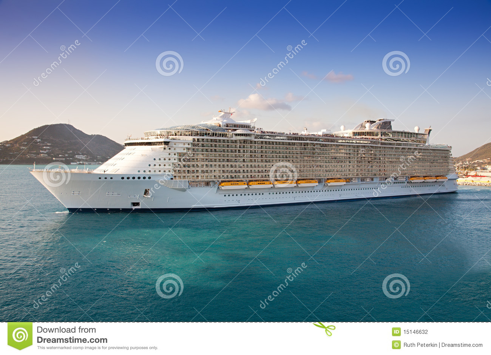 Le bateau de croisière part de la rue Maarten