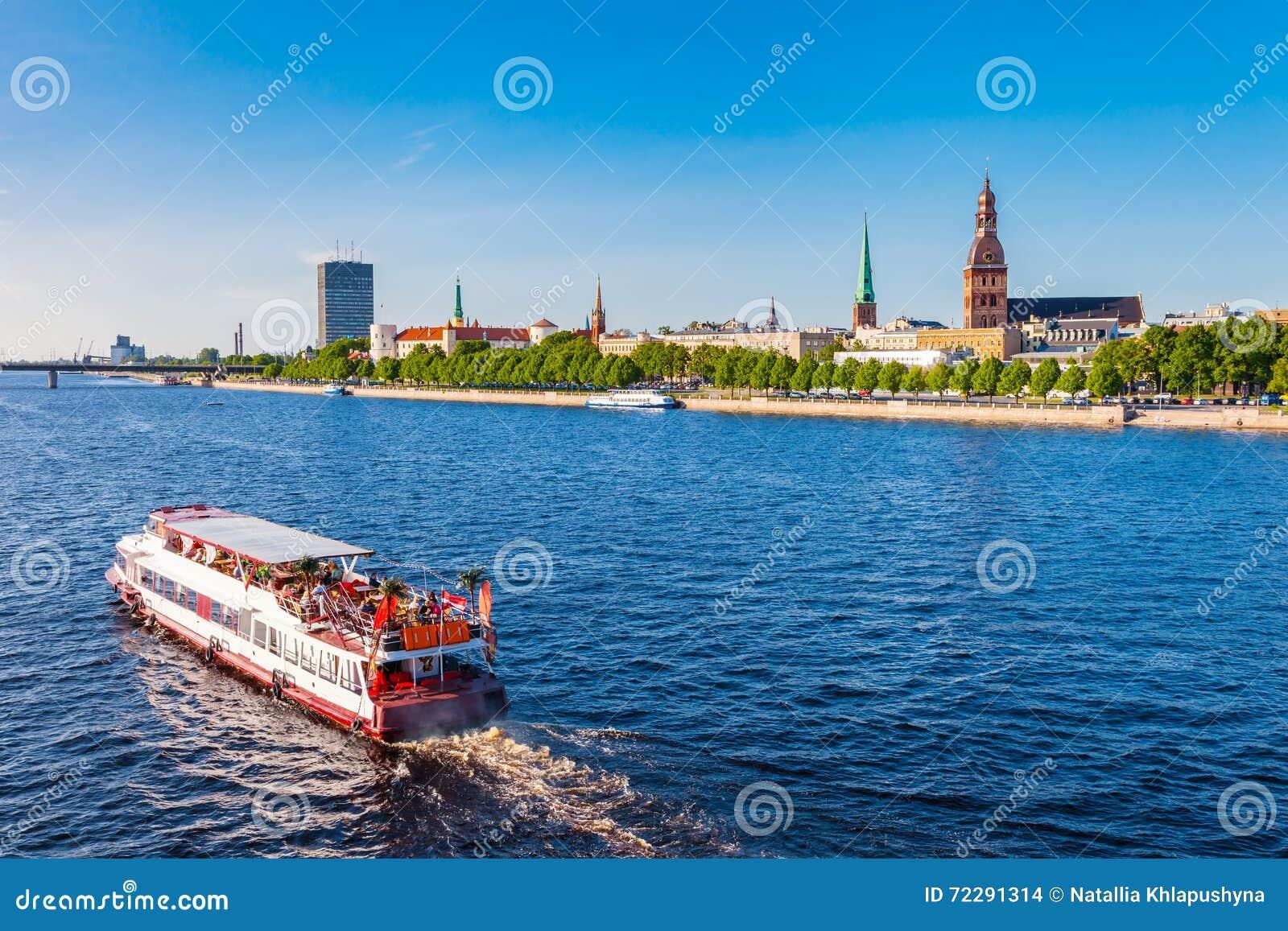 Le bateau de marche flotte la dvina occidentale de rivière, Riga, Estonie
