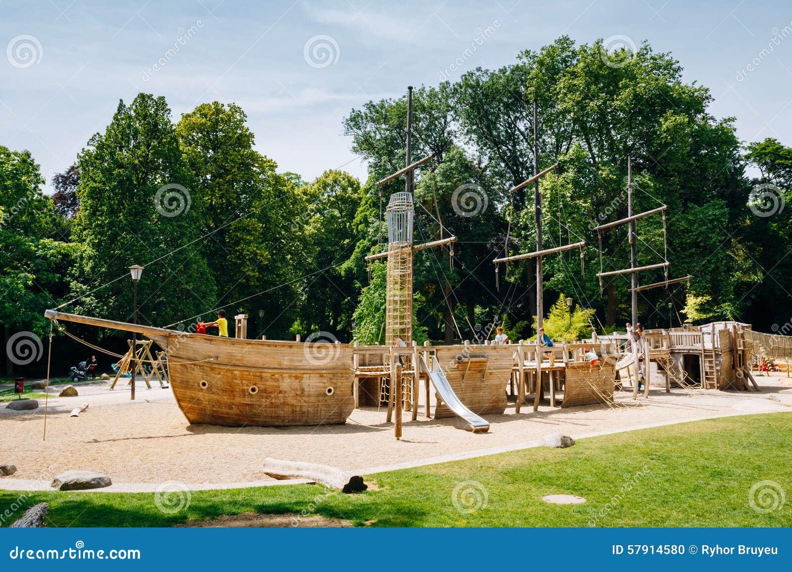 le bateau en bois de pirate a form le terrain de jeu d 39 enfant en parc image ditorial image. Black Bedroom Furniture Sets. Home Design Ideas