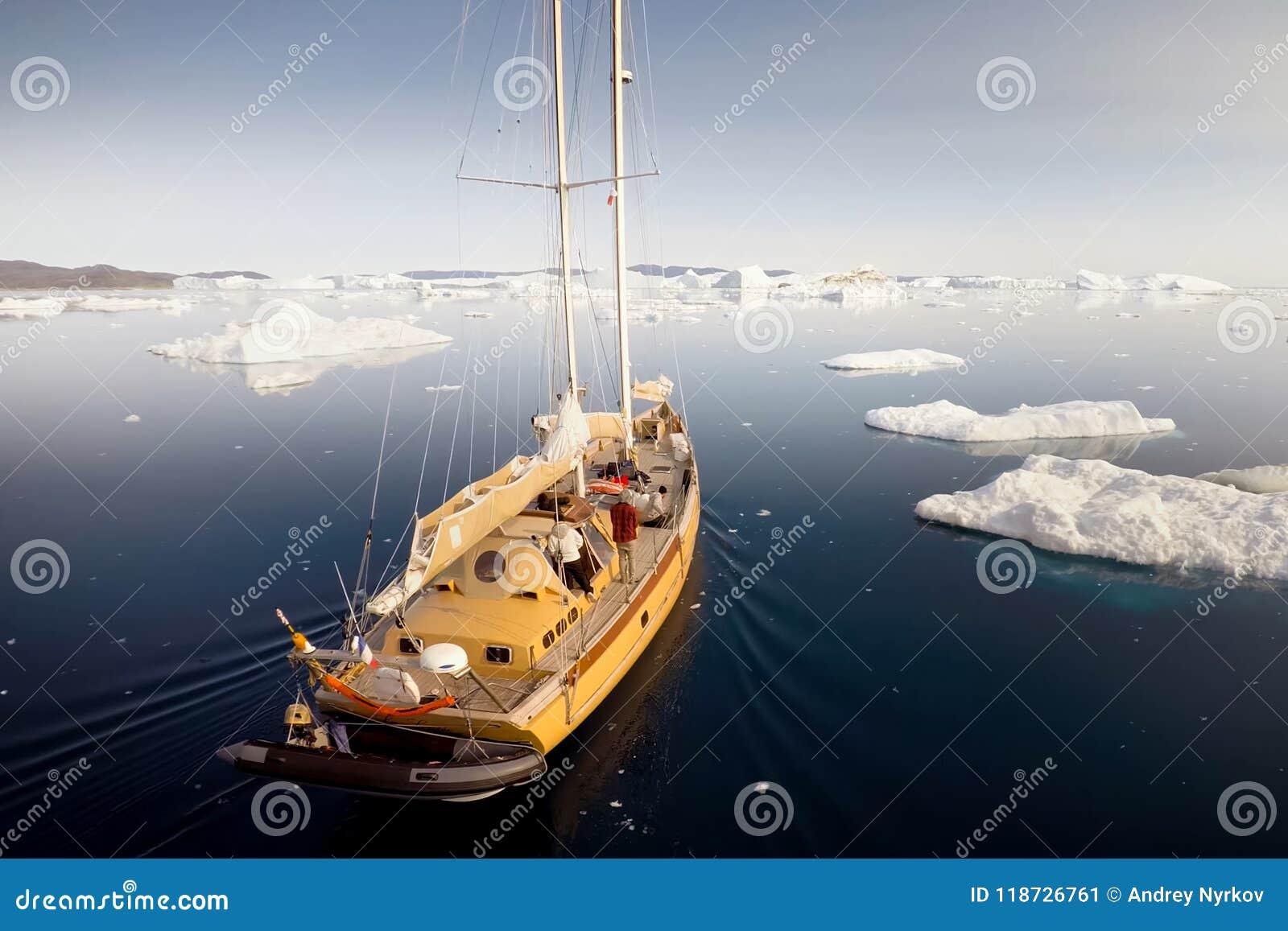 Le bateau navigue parmi les icebergs dans l ANTARCTIQUE