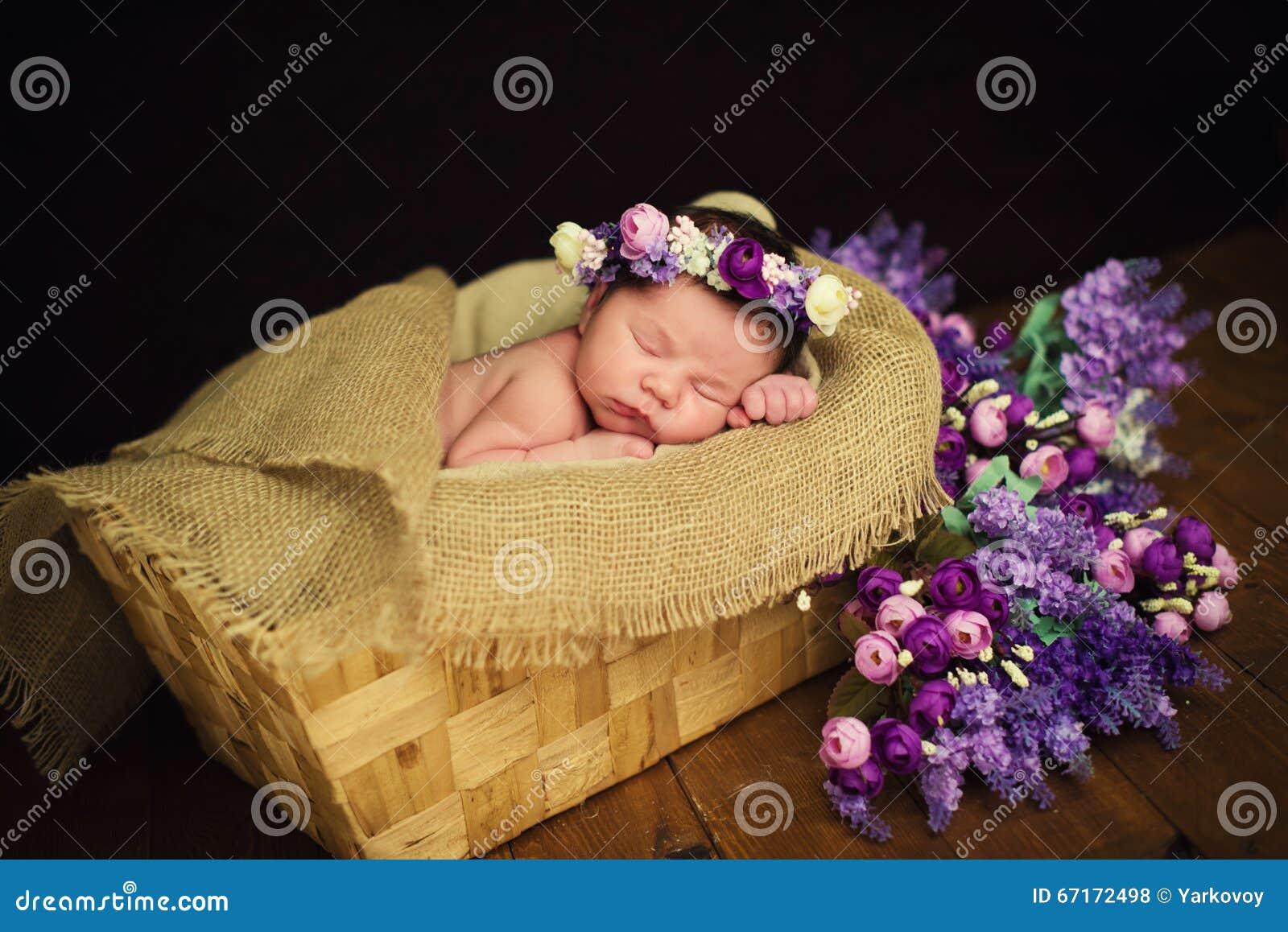 Le beau b b nouveau n avec une guirlande pourpre dort - Laver un bebe dans une douche ...