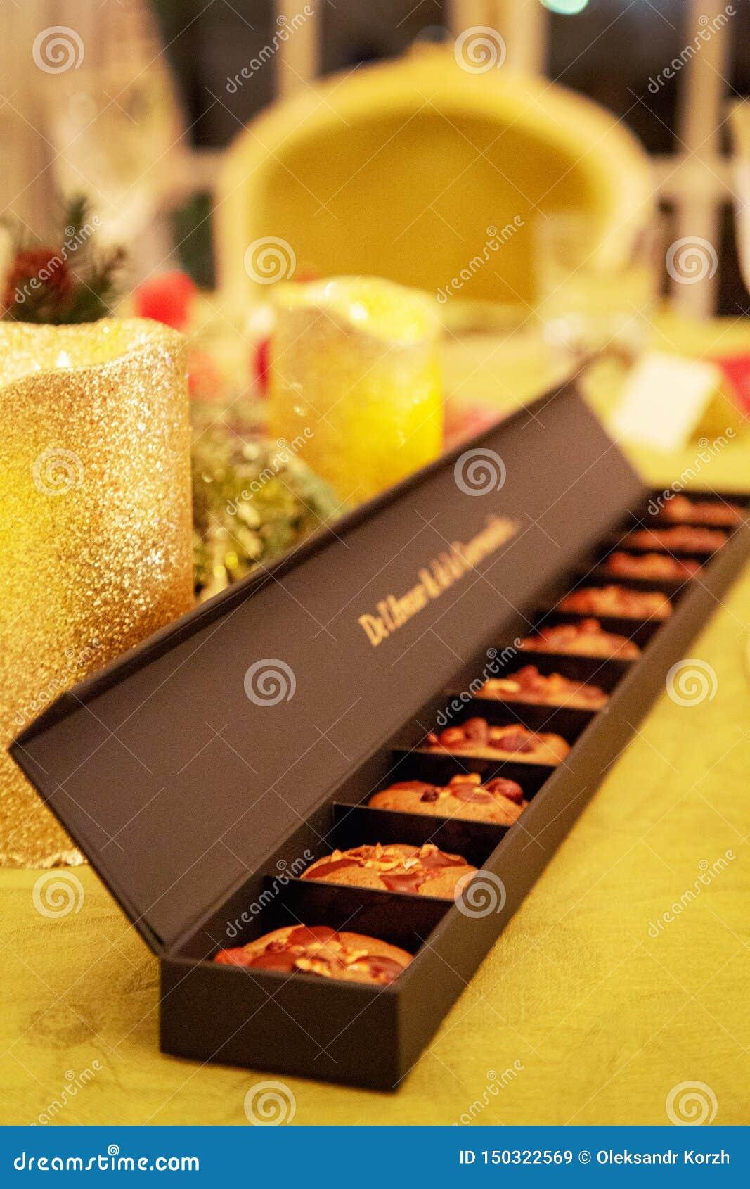 Le beau biscuit de dessert s étendent dans l emballage de papier