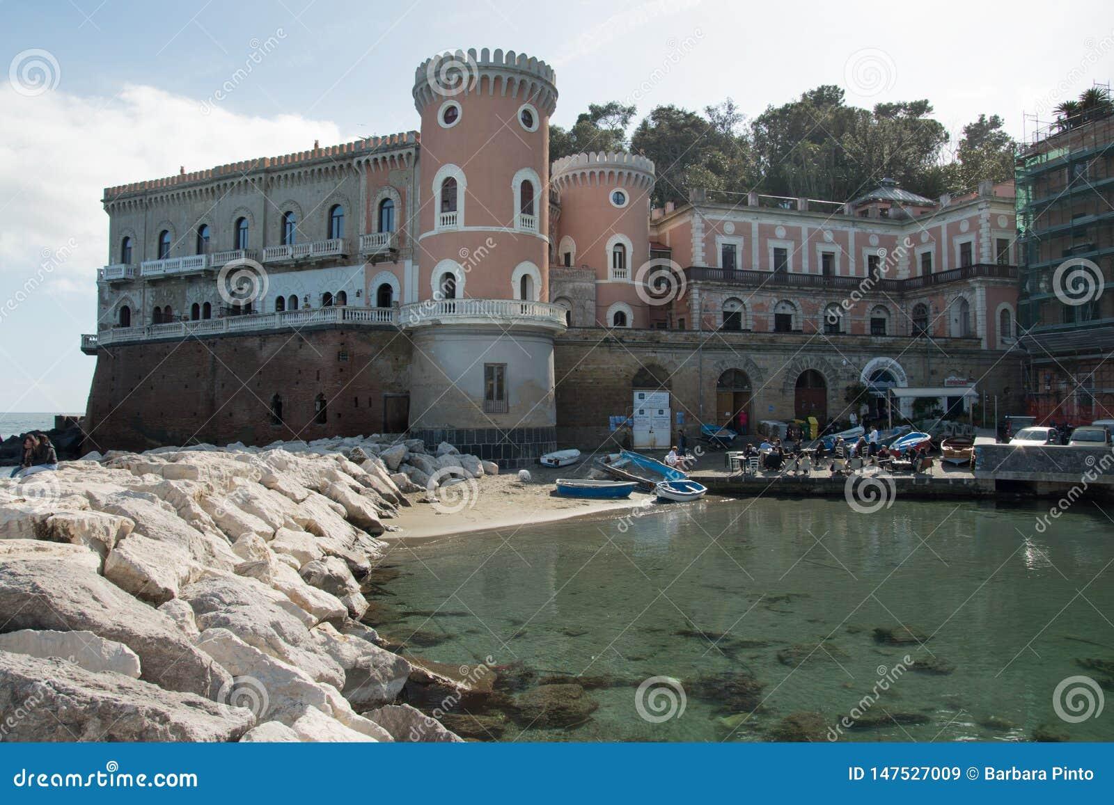 Le beau château a appelé Villa Volpicelli dans le secteur de Posillipo dans la ville de Naples