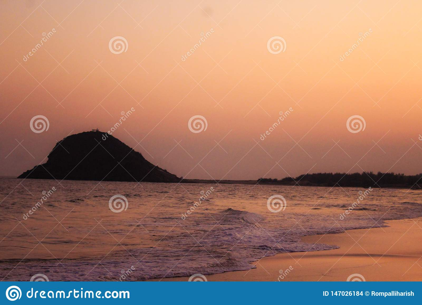 Le beau coucher du soleil sur le côté de mer