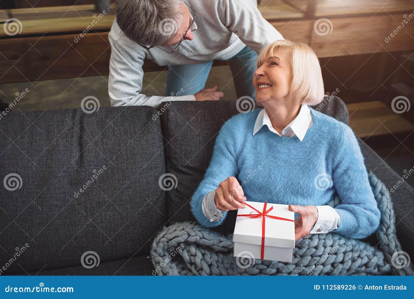 Le beau couple est dans une chambre Il se tient sans compter que son épouse
