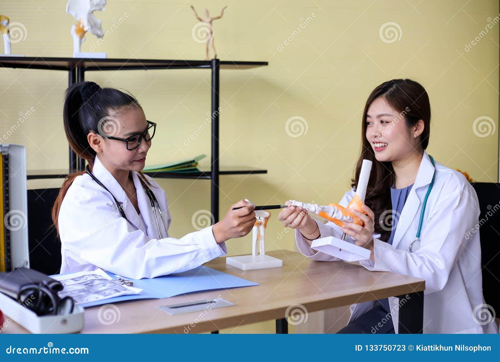 Le beau docteur de femme dirige sur un os dans l épine la La