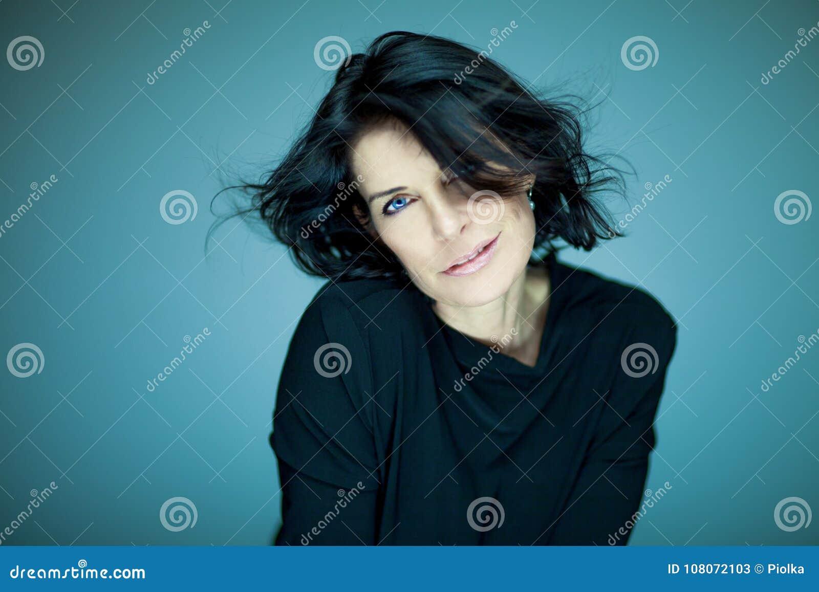 Le beau et plein d assurance milieu renversant a vieilli la femme avec les cheveux noirs