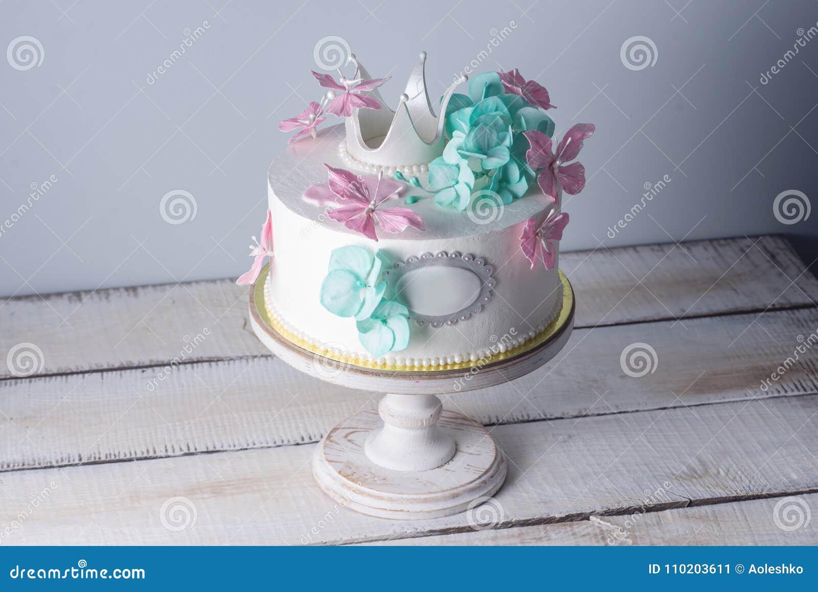 Le Beau Gateau Blanc Decore Du Rose Et Les Fleurs De Turquoise Et