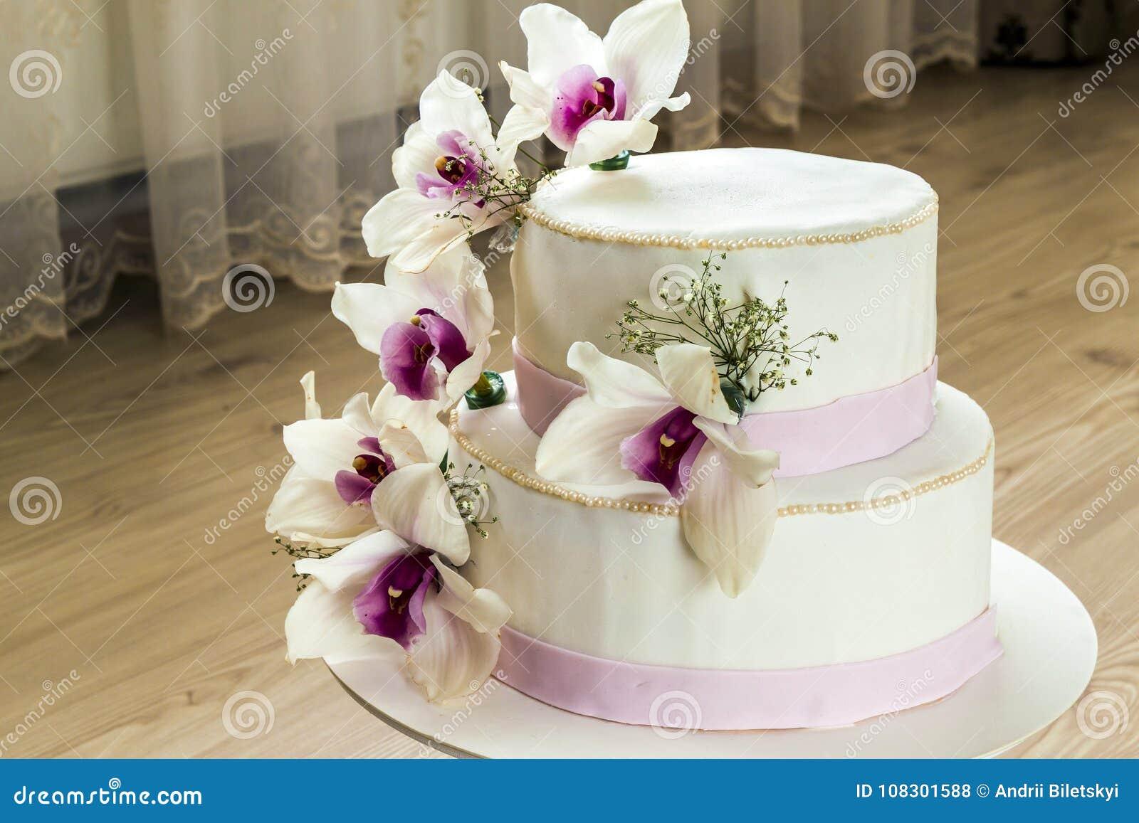 Le Beau Gâteau De Mariage Avec Des Fleurs Se Ferment Du