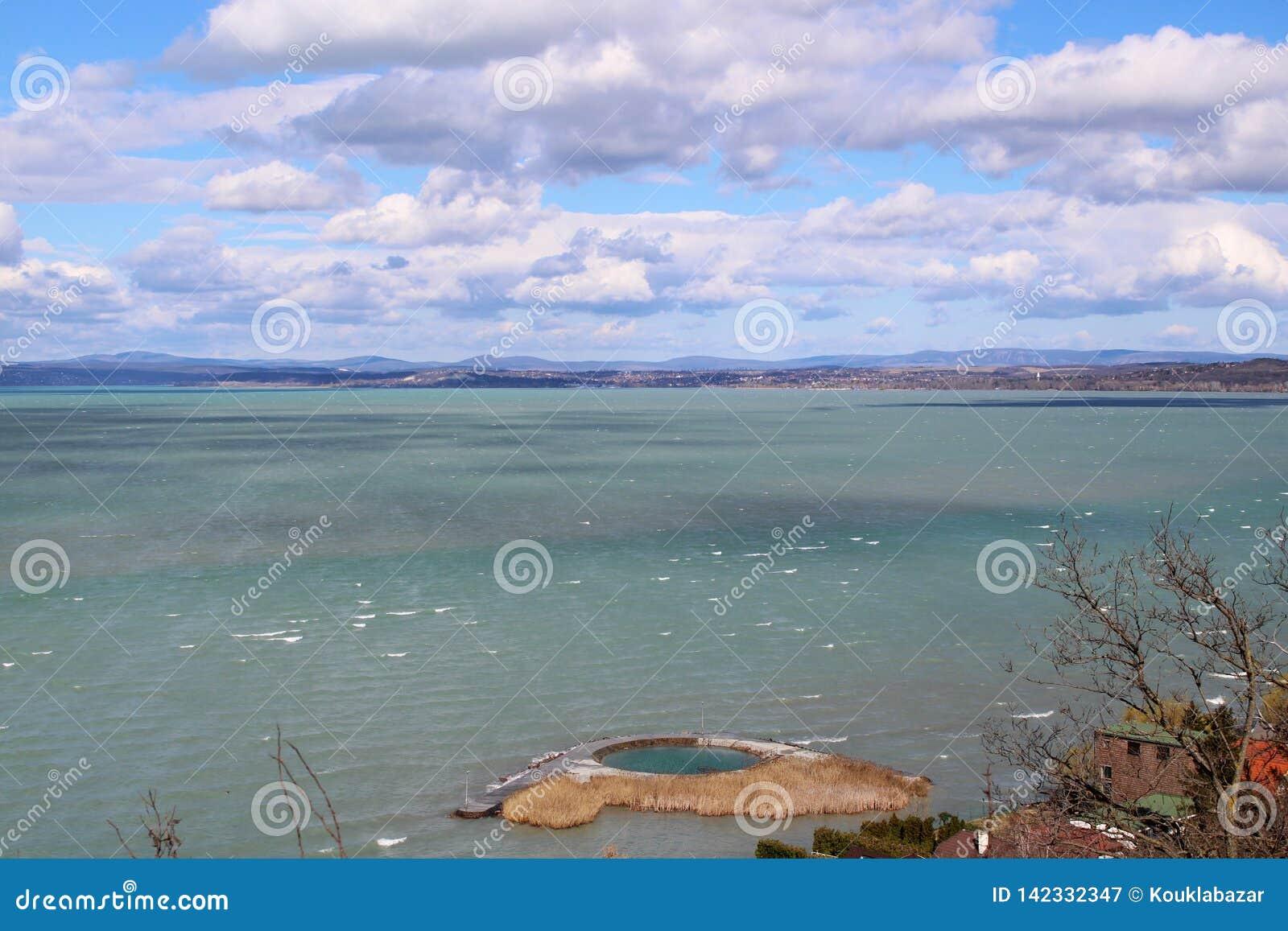 Le beau Lac Balaton avec des nuages
