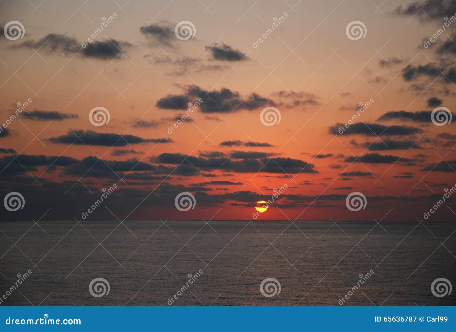 Le beau lever de soleil sur la mer