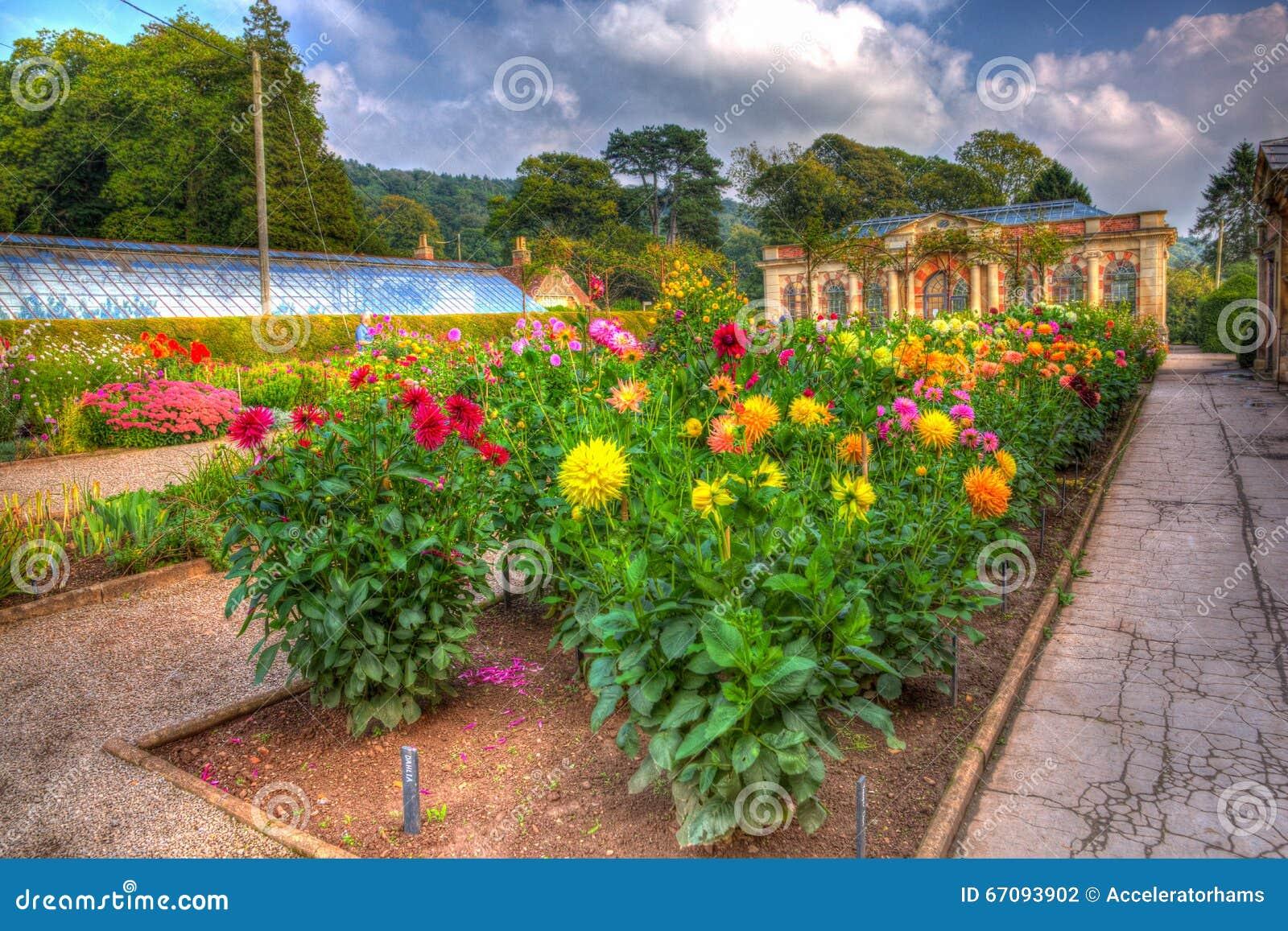 le beau soleil de septembre et le temps chaud ont dessin des visiteurs aux jardins la chambre. Black Bedroom Furniture Sets. Home Design Ideas
