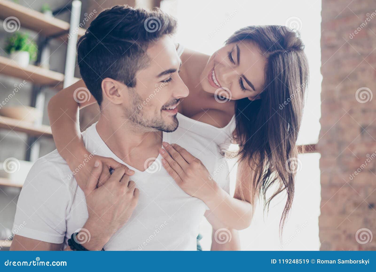 Le belle coppie di giovani amanti stanno abbracciando all interno a casa, lo