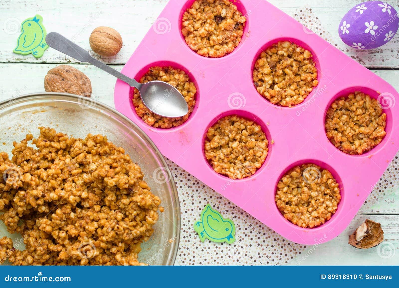 Le biscuit de Pâques niche avec la sucrerie crème et mini fouettée d oeufs