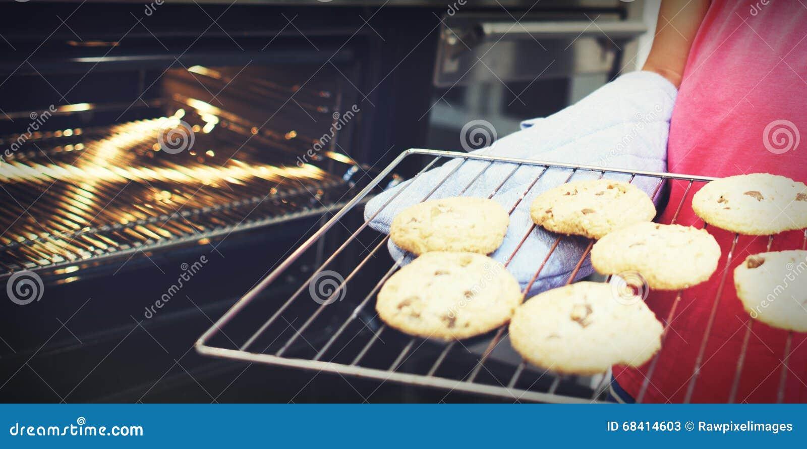 Le biscuit font le concept cuire au four de loisirs de découverte de dessert d enfant de boulangerie