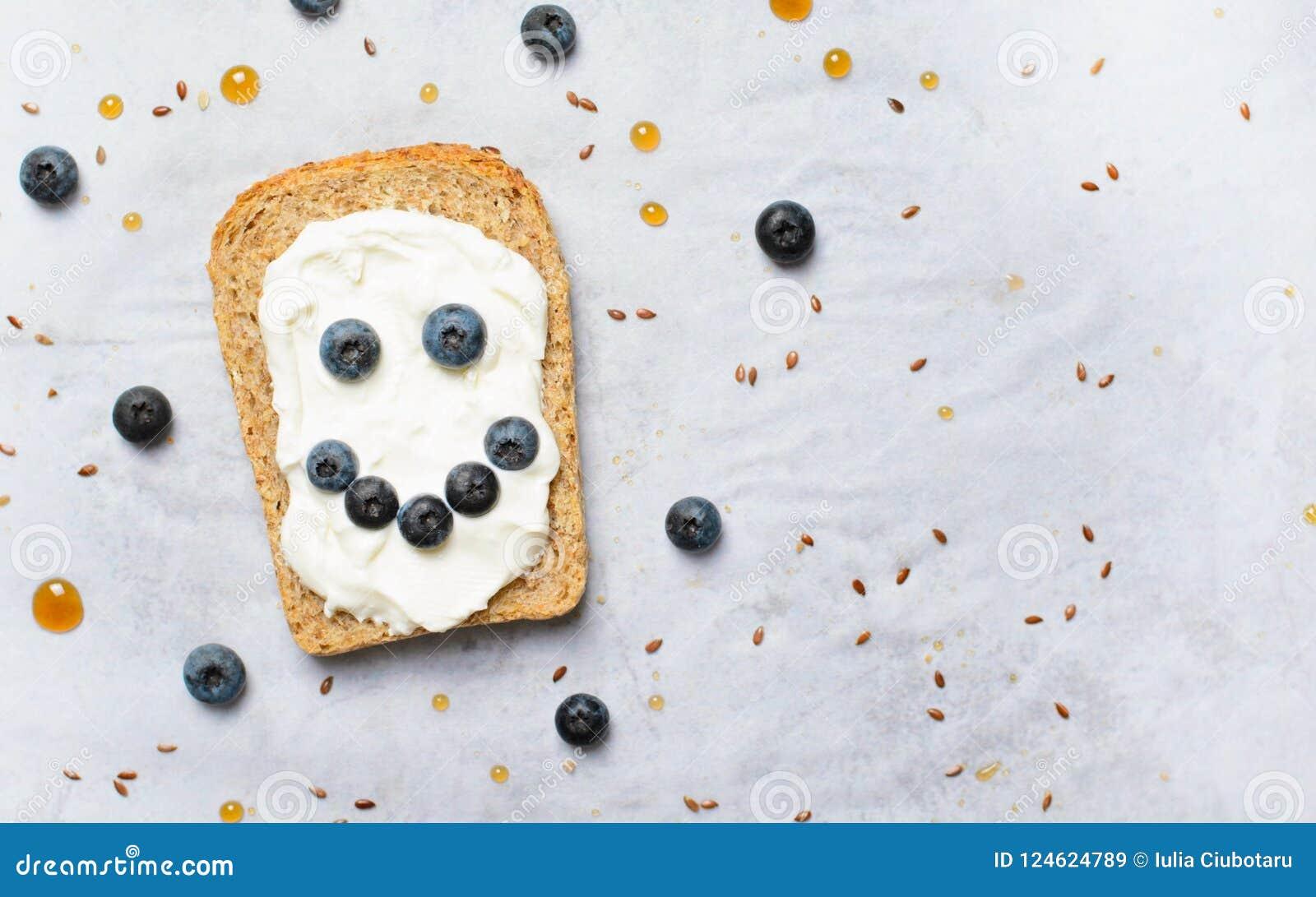 Le blåbärrostat bröd, kärnar ur bär, gräddostlin och efterrätten för lönnsirap, sunt organiskt mål