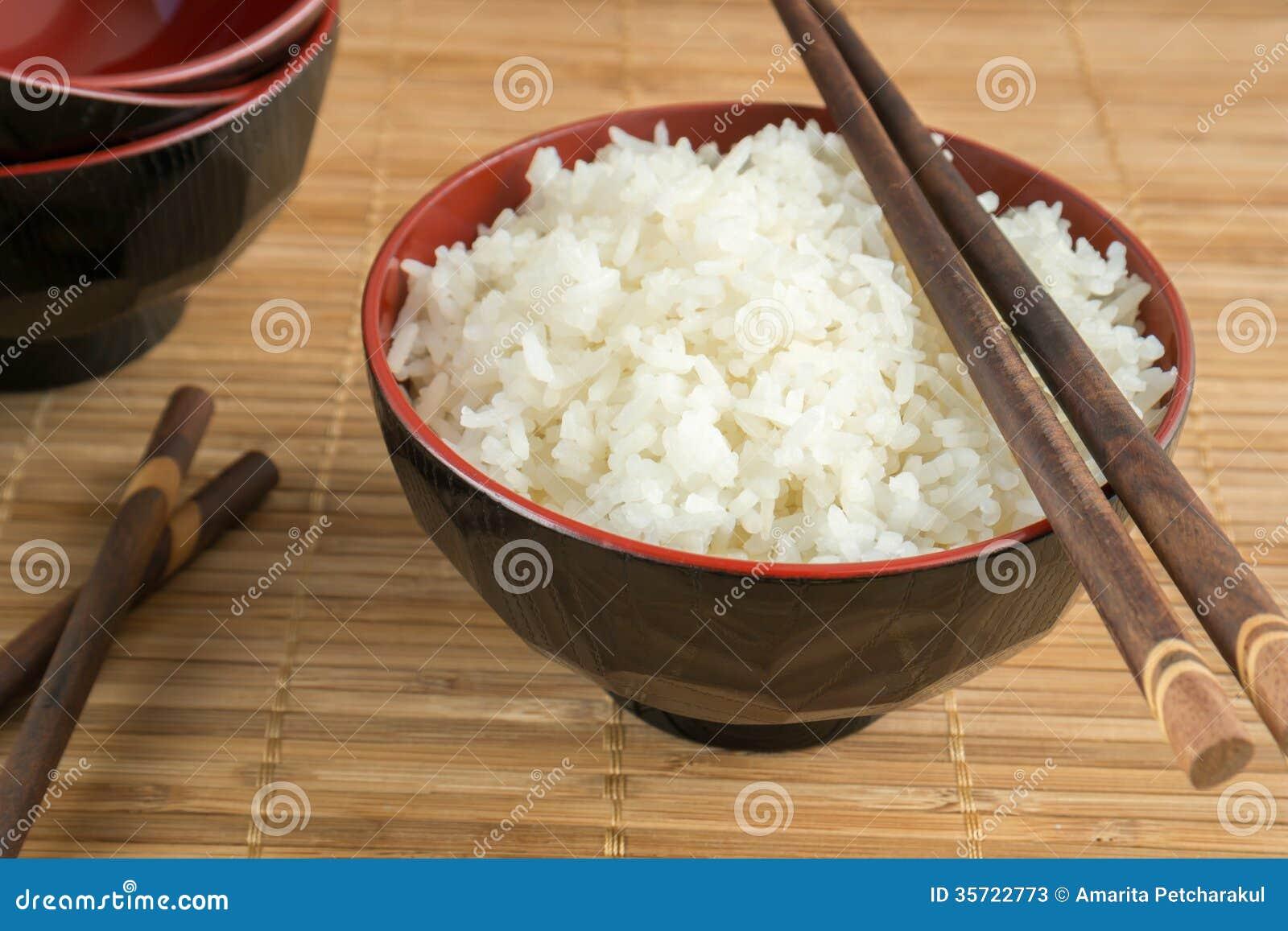 le blanc a cuit le riz la vapeur dans une cuvette avec des baguettes photos stock image. Black Bedroom Furniture Sets. Home Design Ideas