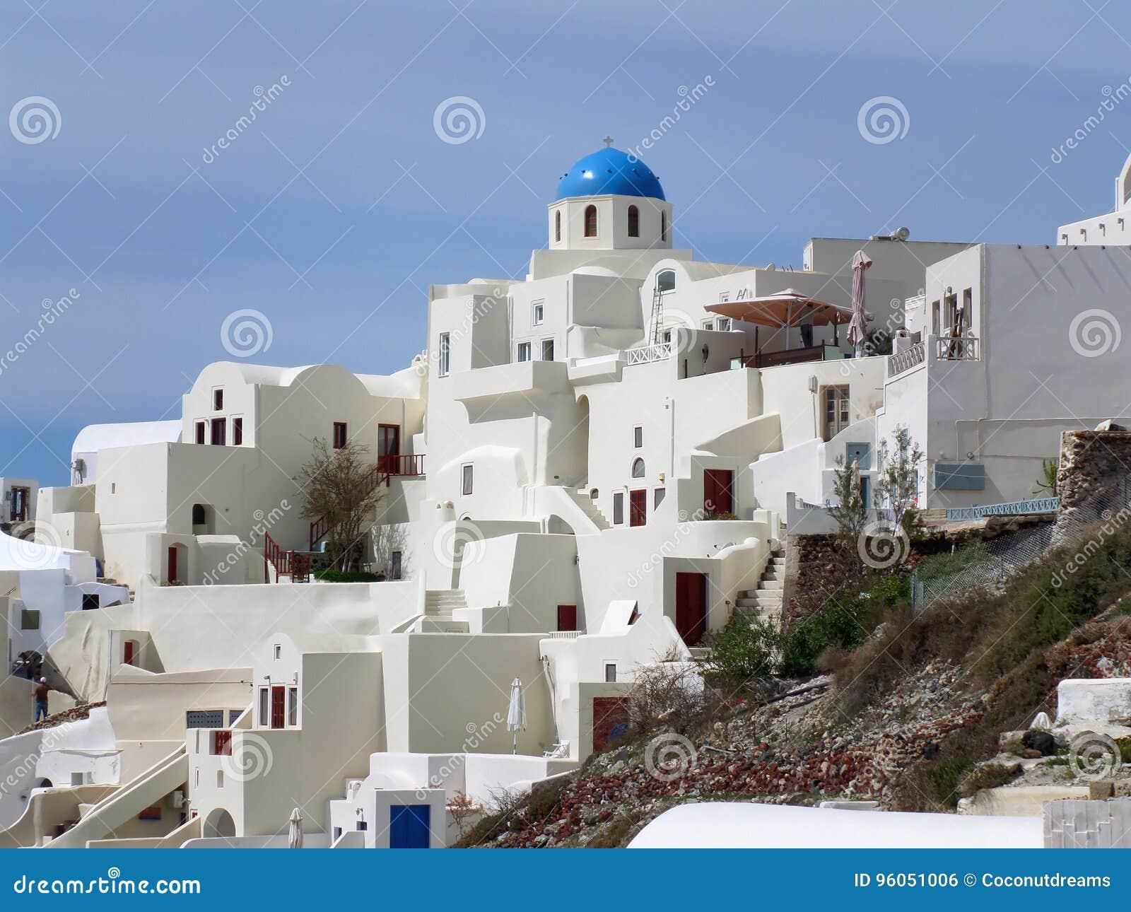 Le blanc et le bleu ont coloré l architecture unique au village d Oia sur l île de Santorini