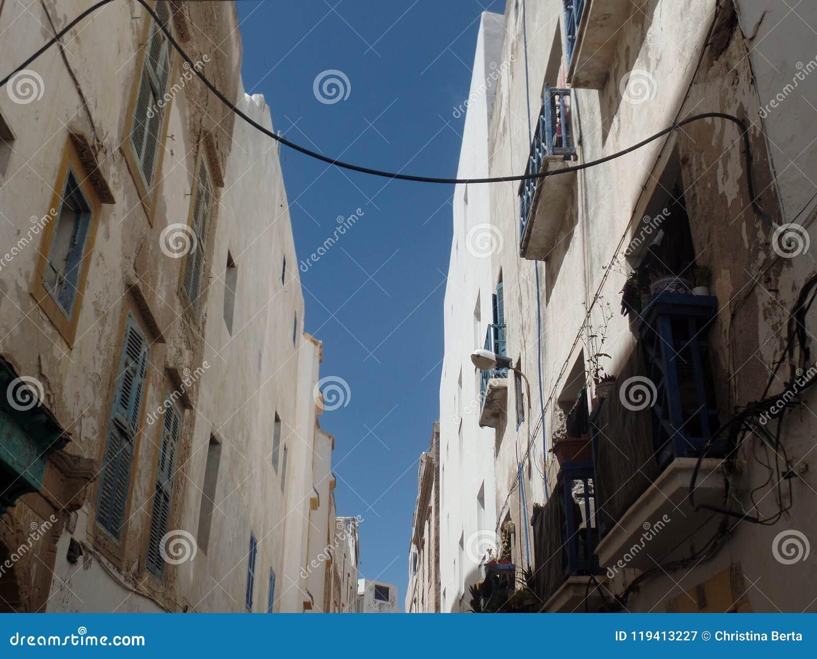 Le blanc typique a lavé des bâtiments dans Essaouira, Maroc