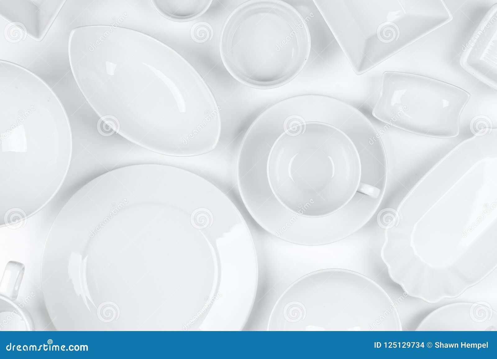 Le blanc vide et propre a assorti le fond de blanc de dishware
